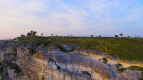 Πτήση κοντά στους βράχους του ηλιοβασιλέματος απόθεμα βίντεο