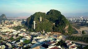 Πτήση ματιών πουλιών πέρα από την πόλη στην παγόδα ναών στον πράσινο λόφο απόθεμα βίντεο