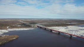 Πτήση μια ημέρα άνοιξη πέρα από την κλίση πάγου του ποταμού Nadym στο βόρειο τμήμα της δυτικής Σιβηρίας απόθεμα βίντεο