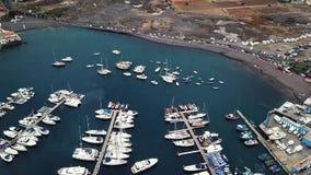 Πτήση πέρα από μια αποβάθρα με πολλές γιοτ και βάρκες στην ατλαντική ακτή στο ηλιοβασίλεμα Tenerife, Κανάρια νησιά, Ισπανία - απόθεμα βίντεο