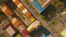 Πτήση πέρα από τα άνετα άνετα χρωματισμένα σπίτια σε μια ευρωπαϊκή κεραία πόλεων 4K UHD απόθεμα βίντεο