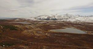 Πτήση πέρα από τα βουνά αλσατικό Σιβηρία Πέταγμα πέρα από τον ποταμό Δασική κοιλάδα 4k απόθεμα βίντεο