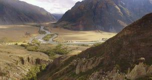 Πτήση πέρα από τα βουνά αλσατικό Σιβηρία Πέταγμα πέρα από τον ποταμό Δασική κοιλάδα 4k φιλμ μικρού μήκους
