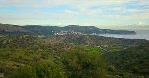 Πτήση πέρα από τα βουνά του νησιού Aegina, Ελλάδα με το δραματικό ουρανό απόθεμα βίντεο