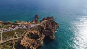 Πτήση πέρα από τα όμορφα βουνά κοντά στην ωκεάνια ακτή απόθεμα βίντεο