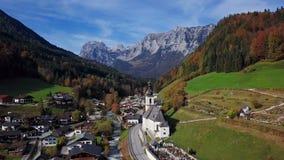 Πτήση πέρα από την εκκλησία σε Ramsau, Berchtesgaden, Γερμανία φιλμ μικρού μήκους