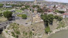 Πτήση πέρα από την εκκλησία Metekhi στο Tbilisi που βρίσκεται στον απότομο βράχο κοντά στον ποταμό Kura Γεωργία απόθεμα βίντεο