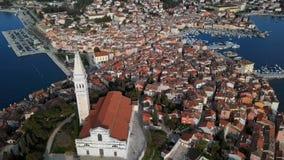 Πτήση πέρα από την παλαιές πόλη Rovinj και την εκκλησία, Κροατία απόθεμα βίντεο
