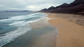 Πτήση πέρα από την παραλία ερήμων στο νησί Fuerteventura, Ισπανία απόθεμα βίντεο