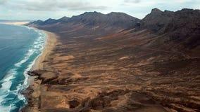 Πτήση πέρα από την παραλία ερήμων στο νησί Fuerteventura, Ισπανία φιλμ μικρού μήκους