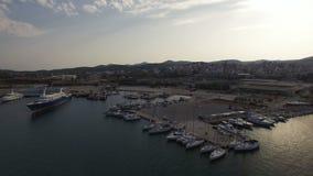 Πτήση πέρα από τη μαρίνα και το λιμένα Lavrio Γιοτ, βάρκες πανιών, κρουαζιερόπλοια απόθεμα βίντεο