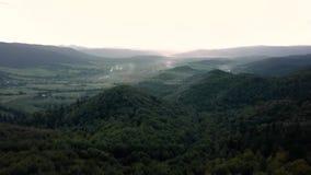 Πτήση πέρα από τις αιχμές βουνών, ηλιοβασίλεμα, πτήση επάνω από το δάσος βουνά, κεραία Dovbush, μύγα πέρα από τους βράχους, απόθεμα βίντεο