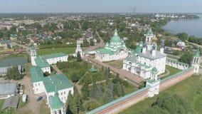 Πτήση πέρα από τις εκκλησίες και το Κρεμλίνο του Ροστόφ η μεγάλη, περιοχή Yaroslavl, της Ρωσίας απόθεμα βίντεο