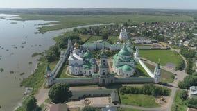 Πτήση πέρα από τις εκκλησίες και το Κρεμλίνο του Ροστόφ η μεγάλη, περιοχή Yaroslavl, της Ρωσίας φιλμ μικρού μήκους