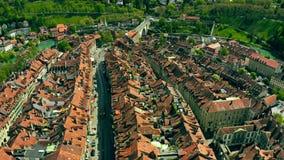 Πτήση πέρα από τις κεραμωμένες στέγες της παλαιάς πόλης της Βέρνης, Ελβετία απόθεμα βίντεο