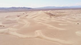 Πτήση πέρα από τους αμμόλοφους άμμου στην έρημο φιλμ μικρού μήκους