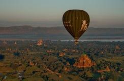 Πτήση πέρα από το αρχαίο Bagan Στοκ εικόνα με δικαίωμα ελεύθερης χρήσης
