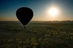Πτήση πέρα από το αρχαίο Bagan Στοκ Εικόνες