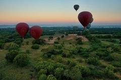 Πτήση πέρα από το αρχαίο Bagan Στοκ εικόνες με δικαίωμα ελεύθερης χρήσης