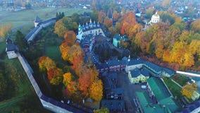 Πτήση πέρα από το ιερό μοναστήρι Dormition pskovo-Pechersky Pechora, Ρωσία απόθεμα βίντεο