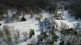 Πτήση πέρα από το μεγάλο παλαιό σπίτι φέουδων στο χειμώνα απόθεμα βίντεο