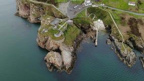 Πτήση πέρα από το οχυρό Dunree στο κεφάλι Dunree στην Ιρλανδία απόθεμα βίντεο
