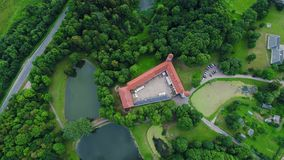 Πτήση πέρα από το παλαιό κάστρο στο πράσινο δάσος απόθεμα βίντεο
