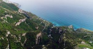Πτήση στα βουνά επάνω από την ακτή της Αμάλφης στην Ιταλία απόθεμα βίντεο