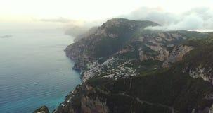 Πτήση στα βουνά επάνω από την ακτή της Αμάλφης στην Ιταλία φιλμ μικρού μήκους