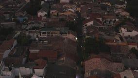 Πτήση στον κηφήνα πέρα από το οχυρό με έναν φάρο στο ηλιοβασίλεμα φιλμ μικρού μήκους