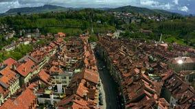 Πτήση χαμηλού υψομέτρου πέρα από τα παλαιά κεραμωμένα πόλη σπίτια της Βέρνης r απόθεμα βίντεο