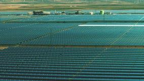Πτήση χαμηλού υψομέτρου πέρα από τις εγκαταστάσεις ηλιακής ενέργειας Παραγωγή καθαρής ενέργειας φιλμ μικρού μήκους