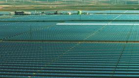 Πτήση χαμηλού υψομέτρου πέρα από τις εγκαταστάσεις ηλιακής ενέργειας Παραγωγή καθαρής ενέργειας στοκ φωτογραφία με δικαίωμα ελεύθερης χρήσης