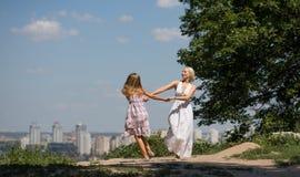 1 πτήση s πουλιών νέα μητέρα και η κόρη της που χορεύουν στο πάρκο Στοκ φωτογραφίες με δικαίωμα ελεύθερης χρήσης