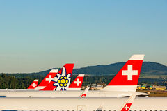 Πτερύγια ουρών των αεροπλάνων - αερογραμμή Ελβετός και Edelweiss Στοκ φωτογραφίες με δικαίωμα ελεύθερης χρήσης