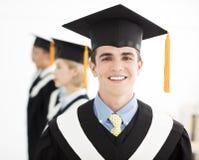 Πτυχιούχος κολλεγίου στη βαθμολόγηση με τους συμμαθητές Στοκ φωτογραφία με δικαίωμα ελεύθερης χρήσης