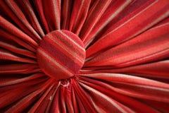 Πτυχωμένο κόκκινο υφάσματος με τα επικεφαλής στηρίγματα κοντά επάνω στοκ εικόνες με δικαίωμα ελεύθερης χρήσης