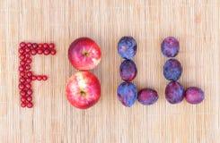ΠΤΩΣΗ λέξης φιαγμένη από ώριμα ζωηρόχρωμα μούρα και φρούτα - μήλα, δαμάσκηνα, κόκκινο ρεύμα Στοκ φωτογραφία με δικαίωμα ελεύθερης χρήσης