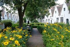 Πτωχοκομεία Meulenaere και Αγίου Joseph - της Μπρυζ Μπρυζ, Βέλγιο, που φωτογραφίζεται από τον κήπο προαυλίων Στοκ φωτογραφίες με δικαίωμα ελεύθερης χρήσης
