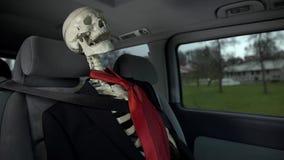 Πτώμα στο επιχειρησιακό κοστούμι στην οδήγηση αυτοκινήτων σε σε αργή κίνηση απόθεμα βίντεο