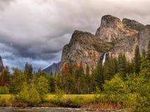 Πτώσεις βουνών κοιλάδων Yosemite, αμερικανικά εθνικά πάρκα στοκ εικόνα