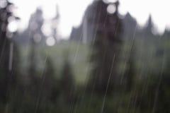 Πτώσεις βροχής έξω από το παράθυρο Στοκ εικόνες με δικαίωμα ελεύθερης χρήσης