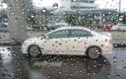 Πτώσεις βροχής, αυτοκίνητο, καθρέφτης Στοκ εικόνες με δικαίωμα ελεύθερης χρήσης