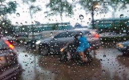 Πτώσεις βροχής, αυτοκίνητο, καθρέφτης στοκ εικόνες