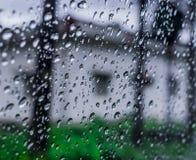Πτώσεις βροχής πέρα από τον ανεμοφράκτη Στοκ Εικόνα