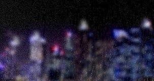 Πτώσεις βροχής που αφορούν κάτω το παράθυρο γυαλιού με το πολυ υπόβαθρο πόλεων ουρανοξυστών bokeh χρώματος ελαφρύ στη νύχτα, σταγ φιλμ μικρού μήκους