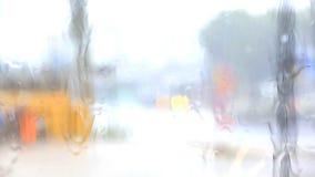 Πτώσεις βροχής που μειώνουν ένα αυτοκίνητο παραθύρων, παν κάμερα απόθεμα βίντεο