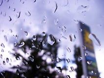 Πτώσεις βροχής σε ένα αυτοκινητικό παράθυρο Στοκ φωτογραφία με δικαίωμα ελεύθερης χρήσης