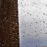Πτώσεις βροχής στη θαμπάδα παραθύρων Στοκ φωτογραφίες με δικαίωμα ελεύθερης χρήσης