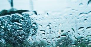 Πτώσεις βροχής στον καθρέφτη Στοκ εικόνα με δικαίωμα ελεύθερης χρήσης